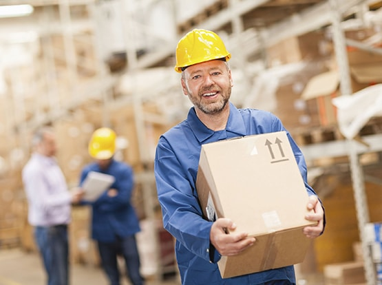 03_warehouse-worker-carrying-box